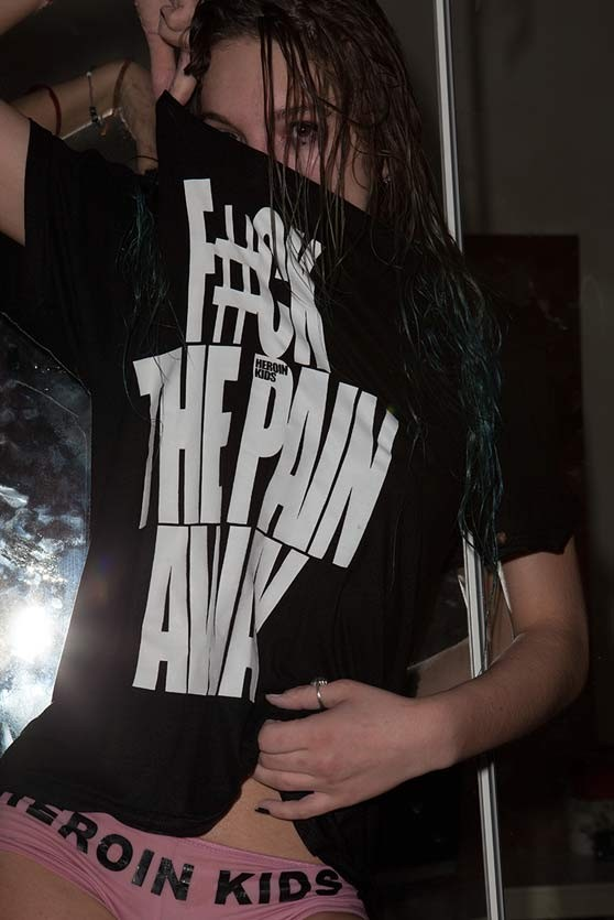 FUCK THE PAIN AWAY T-Shirt in Schwarz - Frauen